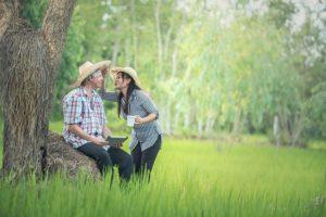2 Menschen am Baum 300x200 - 2 Menschen am Baum