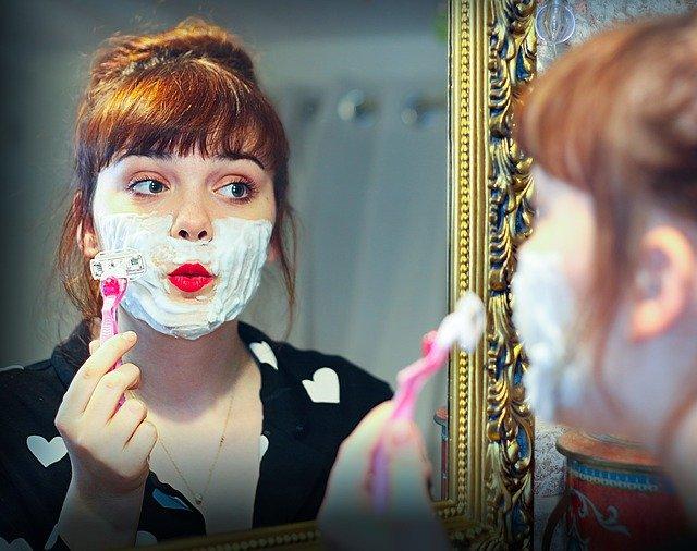 Frau beim rasieren
