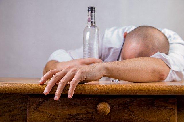 Mann unter Alkohol