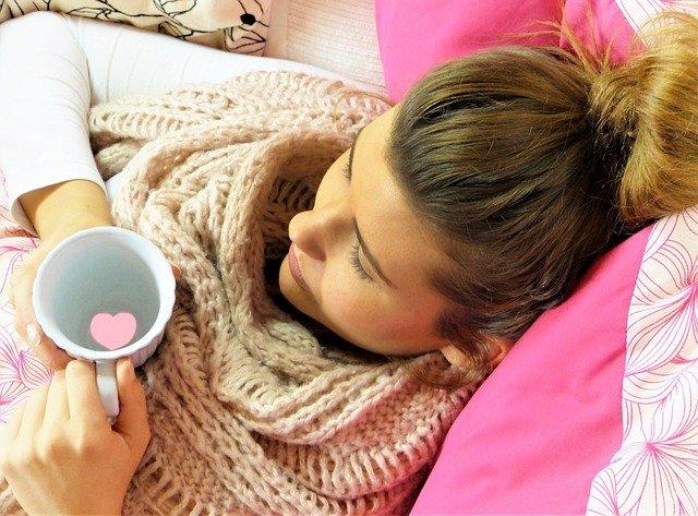junge frau erkältet - Die besten Hausmittel bei Erkältung, Husten & Co