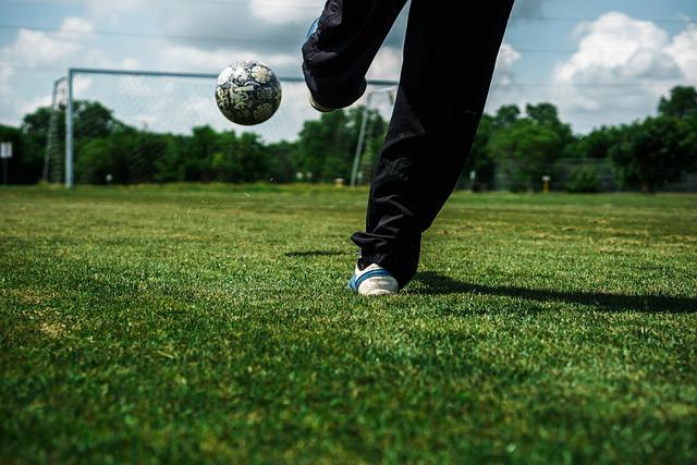 Fußball wird gekickt - Leben auf breiten Füßen