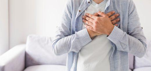 Hände auf die Brust 520x245 - Wirksame Tipps und Hausmittel gegen Sodbrennen