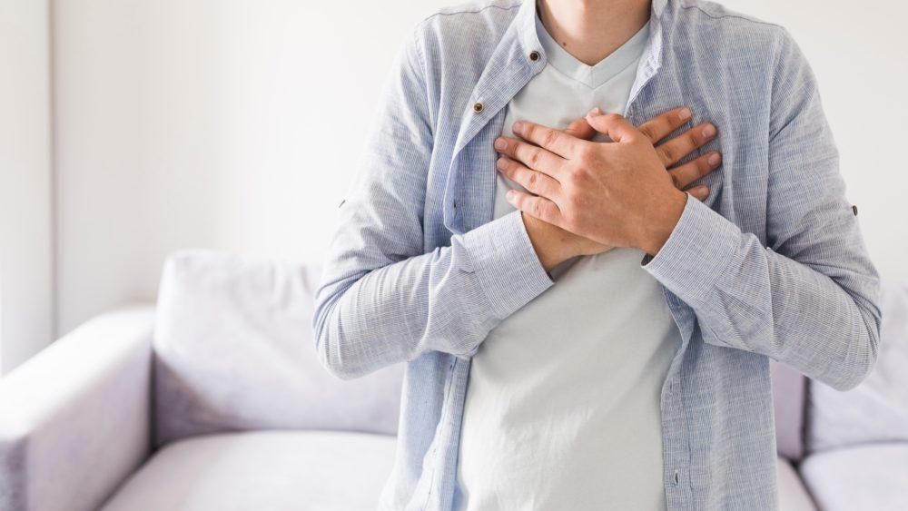 Hände auf die Brust scaled - Wirksame Tipps und Hausmittel gegen Sodbrennen