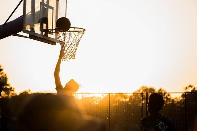Basketball fällt in den Basketballkorb - Wer ist eigentlich Coach Cecil?