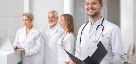 Lächelnder Arzt 520x245 - Zahnentzündungen und Behandlung einfach erklärt