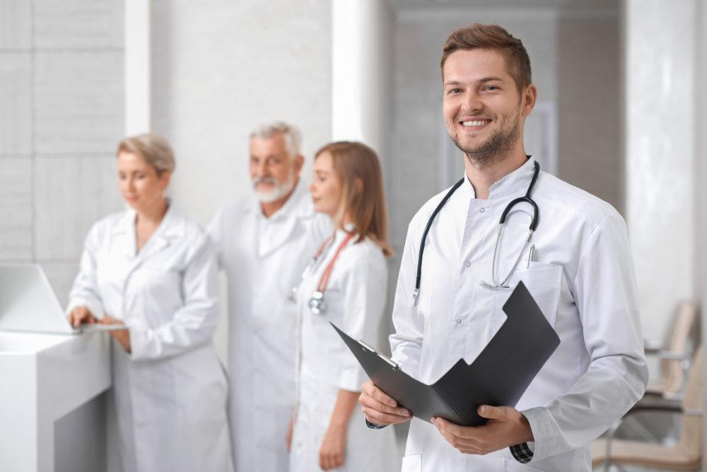 Lächelnder Arzt scaled - Zahnentzündungen und Behandlung einfach erklärt